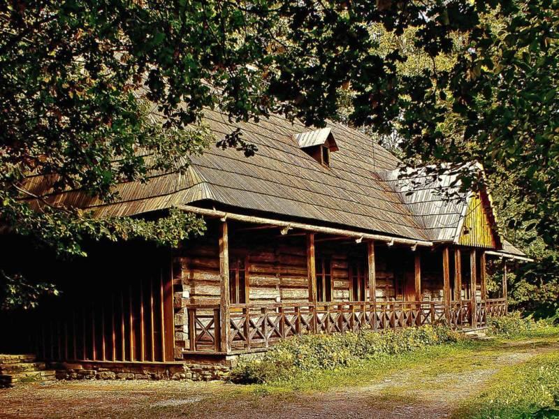Mit Holzschindeln gedecktes Dach