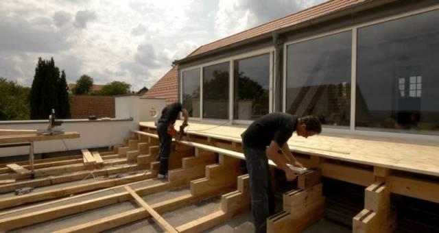 Unser Team bei der Montage einer Terrasse