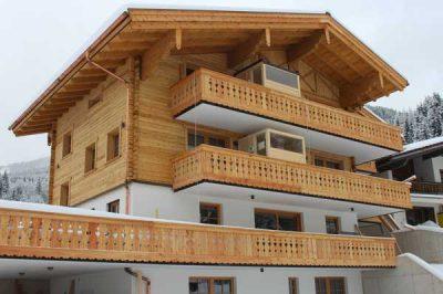 Die Bauer Holz Sauna auf einem Hotelbalkon