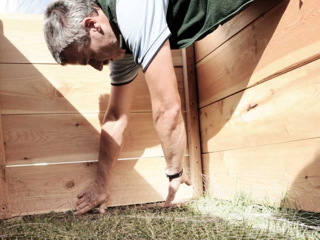 Hochbeet selber bauen Schritt 3 - Wühlmausgitter auslegen
