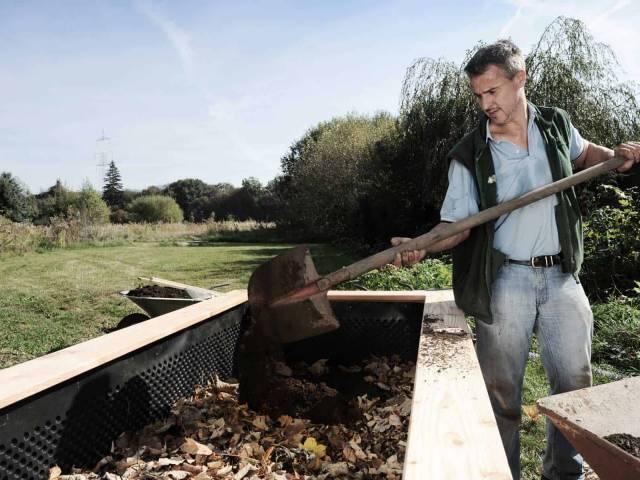 Hochbeet befüllen Schritt 8 - Komposterde