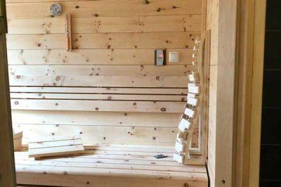 Einblick in eine Infrarotkabine aus Zirbenholz