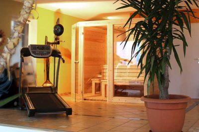 Der Wellnessbereich des Kunden - ergänzt mit einer Sauna von Bauer Holz