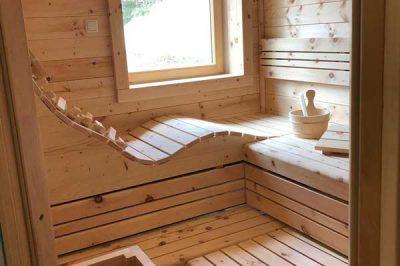 Sauna mit ergonomischer Komfortliege