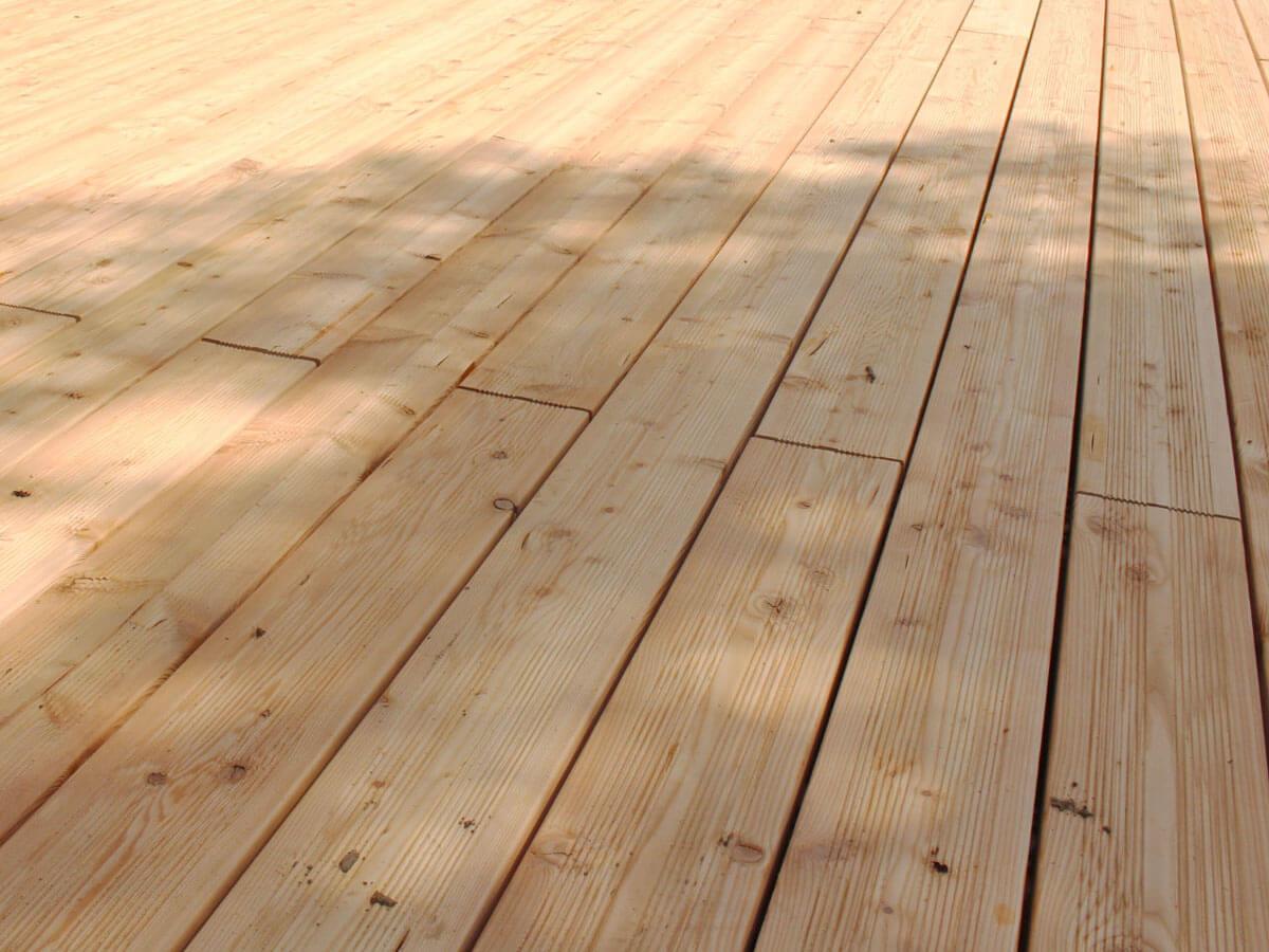Lärchenholz Terrasse aus geriffelten Terrassendielen