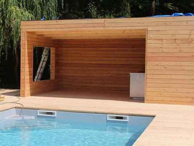 Ein Pooltechnik Haus aus Holz bietet Platz für Pooltechnik und Zubehör