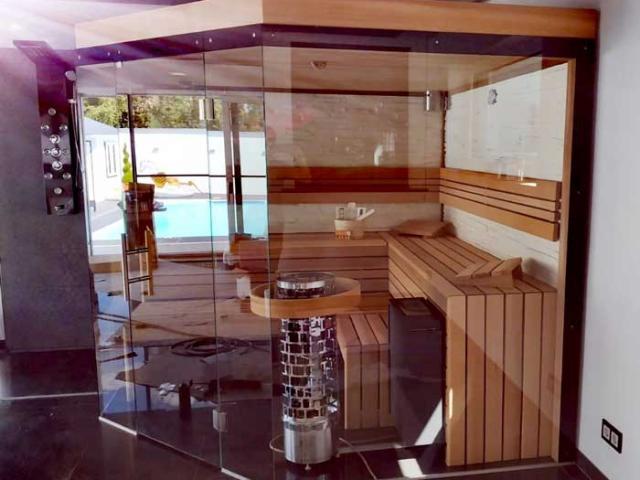 Sauna aus Red Cedar mit Glasfront