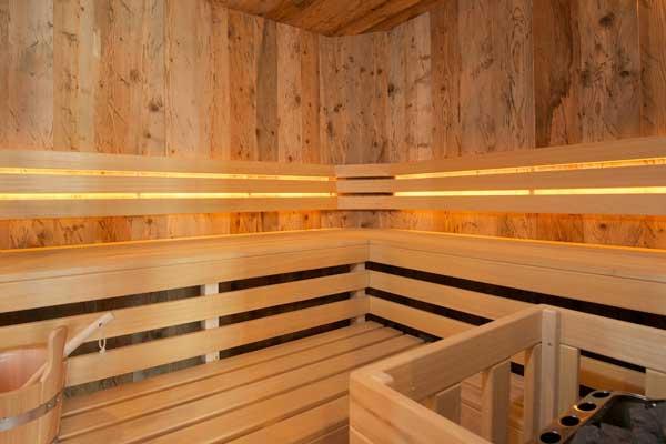 Finnische Sauna mit rustikaler Innenverkleidung