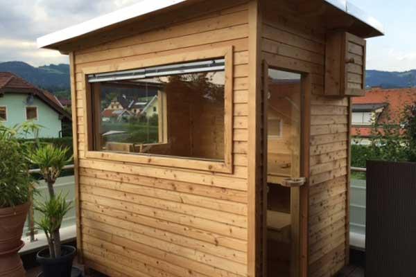 kleine Sauna mit waagrechter Lattung auf Terrasse