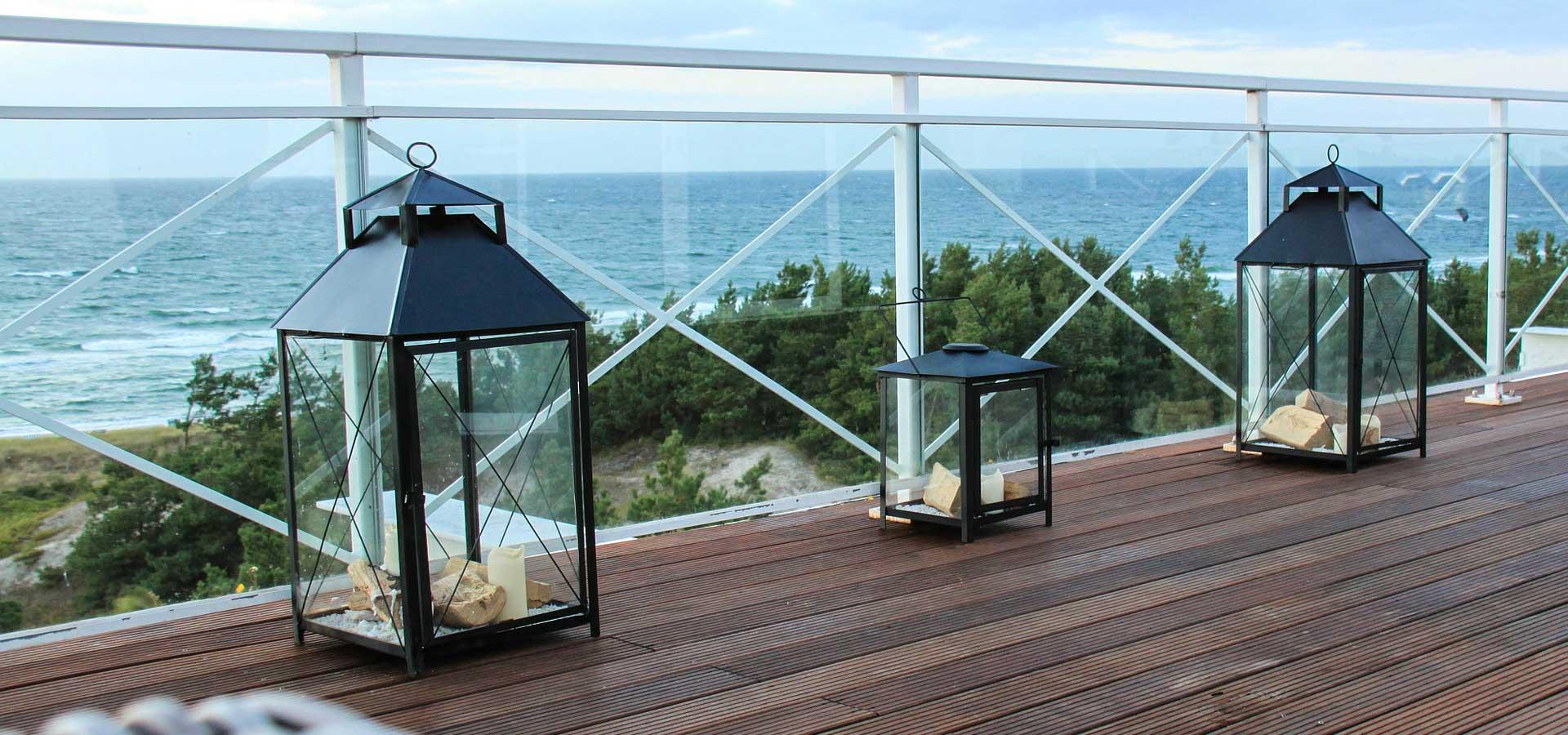 Terrasse aus Thermoesche mit Ausblick aufs Meer